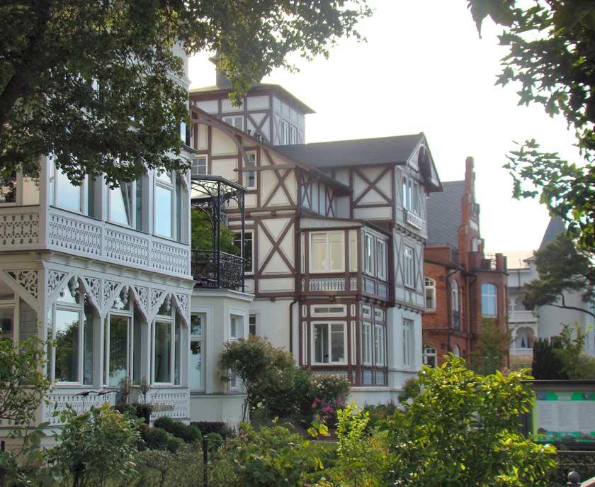 Auf der Strandpromenade in Binz finden Sie besonders viele Häuser und Villen im Stil der Bäderarchitektur.