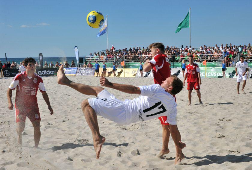 Beachsoccer am Strand von Warnemünde. Hier am Strand zeigen die Fussballer Ihr Können.