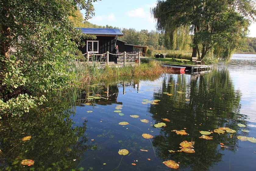 Brückenhäuser wie dieses gibt es einige in der Region rund um den Schaalsee in Mecklenburg-Vorpommern.