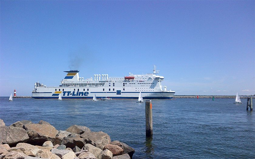 Die Fähre Huckleberry Finn von TT-Line aus Trelleborg kommen beim Einlaufen in den Rostocker Hafen.