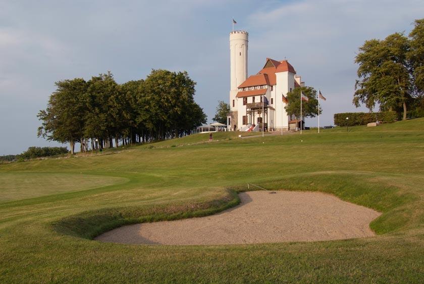 Golfen vor der Schlosskulisse im Hotel Schloss Ranzow in Lohme auf Rügen - Foto: Hotel Schloss Ranzow
