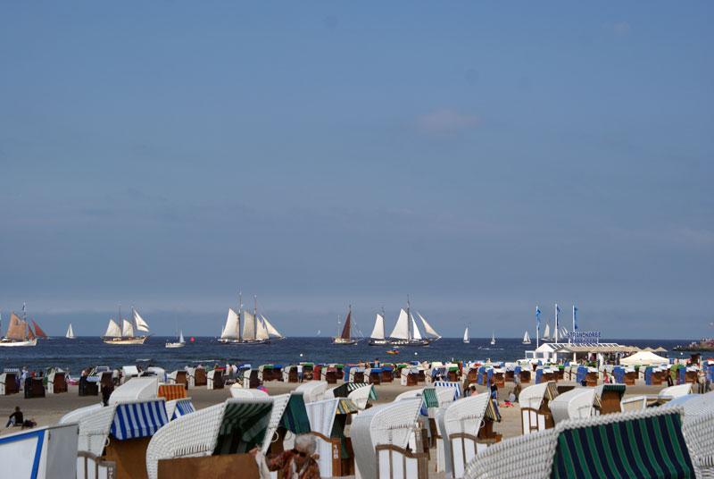 Die Hanse Sail ist das größte maritime Volksfest in Mecklenburg-Vorpommern. Hier sehen Sie mehrere große Segelschiffe auf der Ostsee.