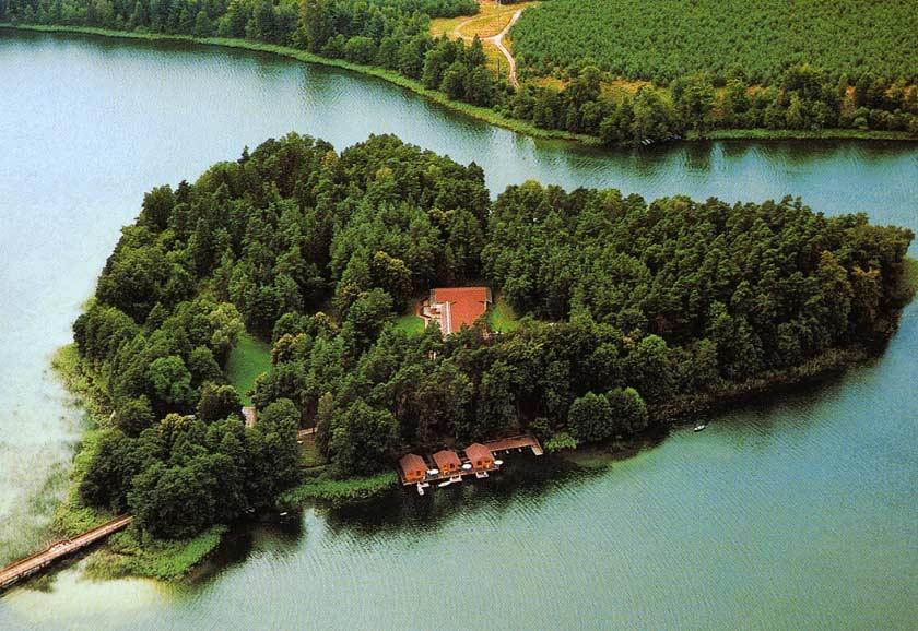 Das Inselhotel auf der Herzinsel im Brückentinsee bietet ein tolles Arrangement zum Valentinstag an.