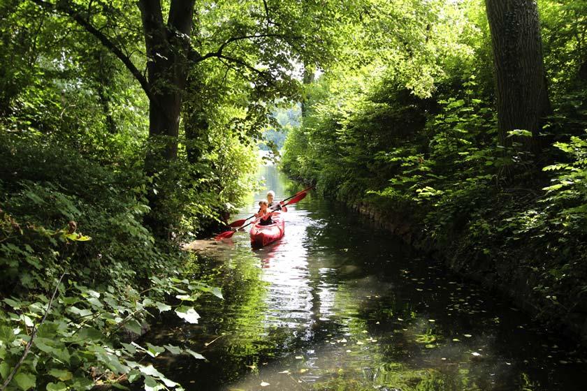Mit dem Kanu die Schönheiten der Mecklenburgsichen Seenplatte entdecken und dabei die Ruhe und die Natur genießen.