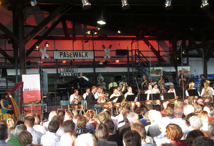 Der Lokschuppen in Pasewalk während eines Konzertes im Jahre 2013.