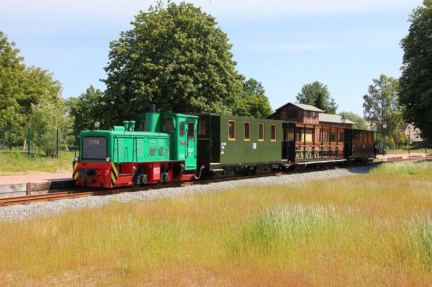 Hier ist die Schmalspurbahn Lütt Kaffeebrenner im Einsatz zu sehen.