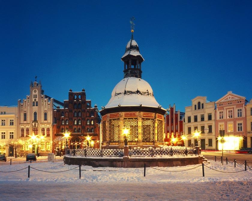 Auf dem Marktplatz in Wismar steht die Eisbahn noch bis zum 16. Februar 2014.