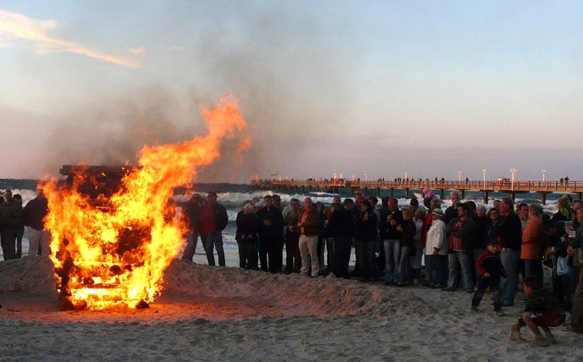 Die Osterfeuer am Strand von Binz erfreuen Groß und Klein