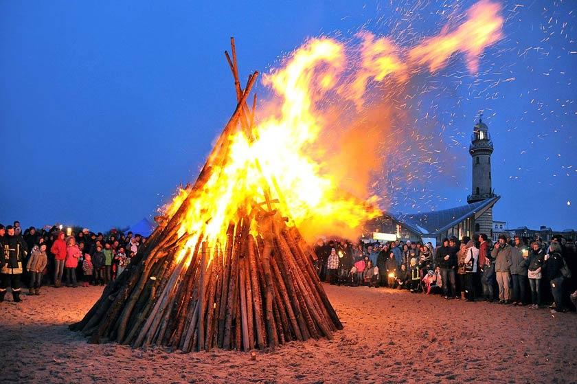 Das Osterfeuer am Strand von Warnemünde gehört zu den Highlights zu den Osterfeiertagen im Ostseebad.
