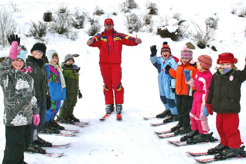 Skilehrer Alex mit Teilnehmern seiner Skischule im Familotel Borchards Rookhus in der Mecklenburgischen Seenplatte.