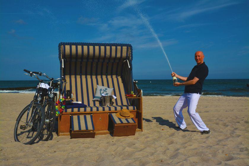 Am Strand von Ahrenshoop verrichtet der Strand Concierge seine Dienste.