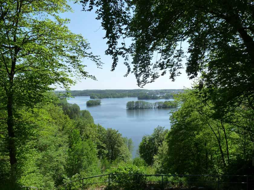 Wunderschöner Blick von einem Hügel auf eine Seenlandschaft während des Urlaubs in der Mecklenburgischen Schweiz.
